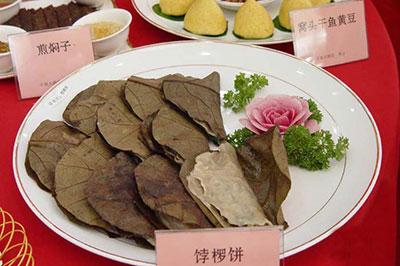 成品为一张秦皇岛市山区常风的饽椤树叶,内裹淀粉作皮,三鲜为馅的饼